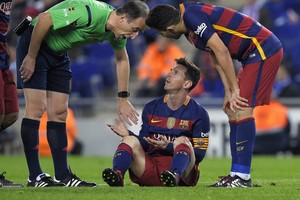 Lionel Messi is boos op de arbiter. © AFP