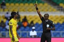 De maat is vol bij Denis Dembele. De scheidsrechter geeft Costa Nhamoinesu dan eindelijk geel. © AFP