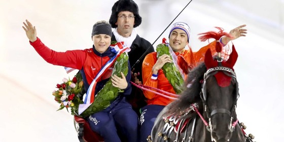 Carolina Erbanova uit Tjechie en Kai Verbij in de arreslee tijdens de ereronde op het eerste EK Sprint in Thialf © ANP