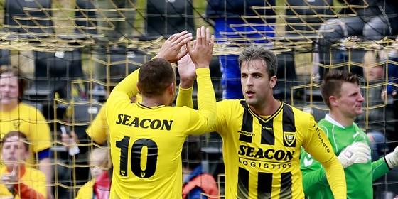 Johnatan Opoku en Ralf Seuntjens tijdens het duel met Go Ahead Eagles. © Hollandse Hoogte
