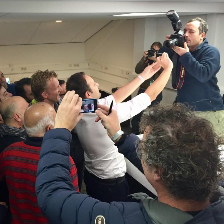 Dirk Kuyt is mateloos populair. © TLG