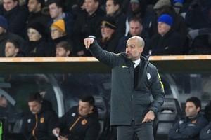 Pep Guardiola instrueert zijn ploeg. © AFP