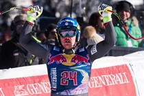 Dominik Paris viert zijn overwinning. © AFP