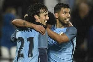 David Silva, Raheem Sterling en Sergio Agüero (vlnr) vieren de derde treffer van City. © Reuters