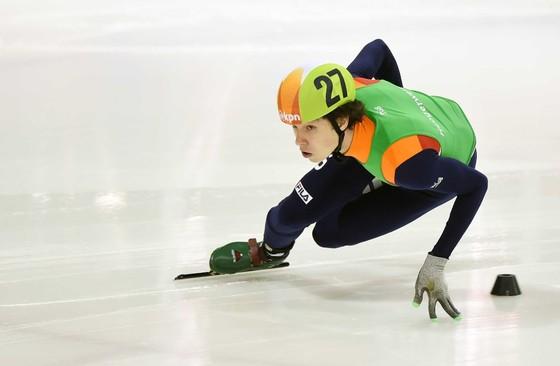 Dylan Hoogerwerf op de 500 meter tijdens het NK shorttrack op de Jaap Edenbaan. © ANP