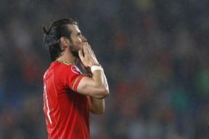 Gareth Bale bedankt het publiek na de gewonnen wedstrijd tegen de Belgen. © REUTERS