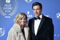 Toto Wolff met zijn vrouw Susie op het FIA-gala van vrijdagavond. © AFP.