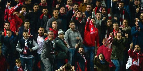 Real-speler Sergio Ramos daagt het publiek van Sevilla uit. © AFP
