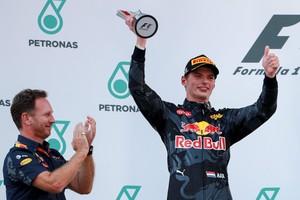 Teambaas Chris Horner klapt voor Max Verstappen, die in Maleisië de tweede plek bemachtigt. © EPA