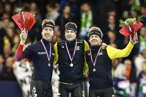 (VLNR) Jorrit Bergsma, Sven Kramer en Douwe de Vries op het podium na afloop van de 5000 meter tijdens het NK Afstanden. © ANP
